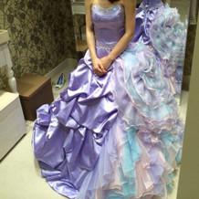 新婦 試着 紫のドレス