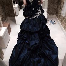 新婦 試着 ネイビーのドレス
