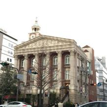 現代的なビルが立ち並ぶ中、一際目立つ。