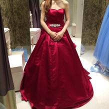 新婦 試着 赤のドレス