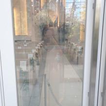 チャペルの扉。通常は曇りガラスだが透明に