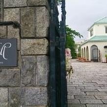 レストランの入口にある門。