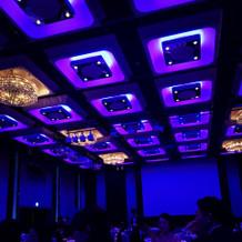 照明で雰囲気を演出する披露宴会場。