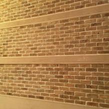 チャペルへづづく階段の壁