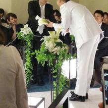 ブーケにする花を集める新郎
