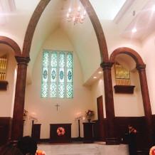 すごく綺麗な教会で上から羽が落ちてきます