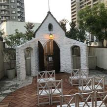 式場の中に小さな教会があります