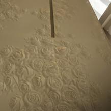 チャペル壁は手彫りのようです。