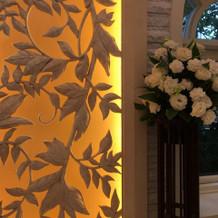 チャペルの祭壇の奥には光る模様の壁