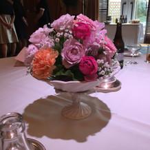 全卓に綺麗な生花がありました