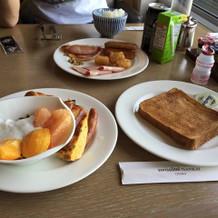 朝食はパンやフルーツが豊富です