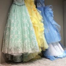 色々なブランドのドレスがありました。