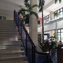 ロビーから1階への階段、明るく広いです