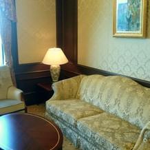 ブライズルームの豪華なソファ