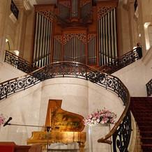大階段とパイプオルガンか荘厳です