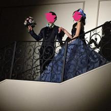 階段の踊り場でポーズ