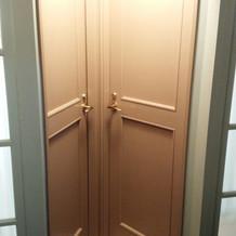 女性用お手洗いのドアが変わってます