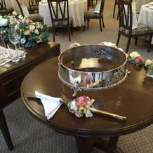 ケーキテーブルとナイフの装花