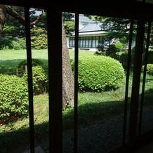 桃林荘から見える庭園