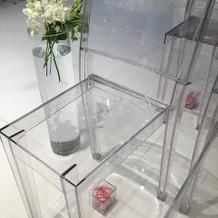 チャペルの席の下にフラワーシャワー用の花