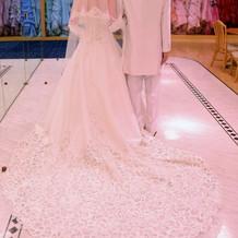 白タキシードとウェディングドレス(背面)