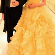 黒タキシードとカラードレス