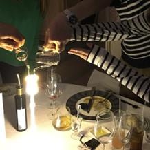 化学反応でグラスの液体が光ります
