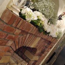 暖炉の上にもお花を飾りました
