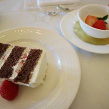 ウエディングケーキとほうじ茶のプリン