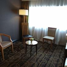ブライズルームにはテレビと椅子があります