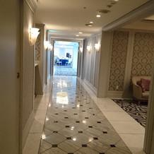 披露宴会場の入り口前の長い廊下です。
