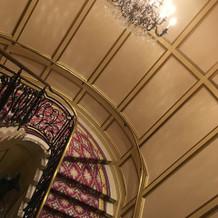 階段の上にもシャンデリアあります