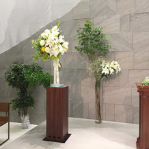 横も生花や造花など