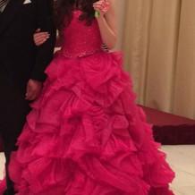 お色直し後、ビビットピンクのカラードレス
