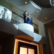 披露宴会場内の階段からお色直し入場