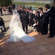挙式後、外の大階段にてフラワーシャワー