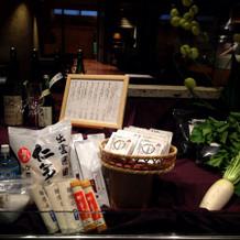 入り口に食材の展示スペース