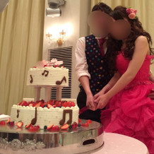 新郎新婦によるウェディングケーキ入刀
