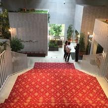 式場から披露宴会場に向かう階段