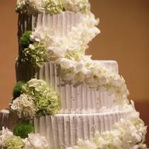 会場装花に合わせたウェディングケーキ