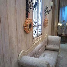 ホワイエのソファ