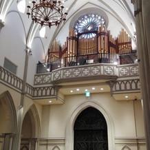 大聖堂の入り口上のパイプオルガン