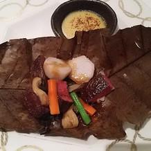 味噌ソースにお肉をつけて食べると絶品。