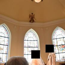 挙式会場のステンドグラスと自然光
