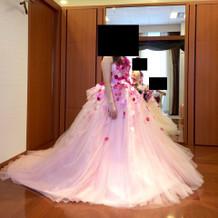 最近流行のデザインのドレス