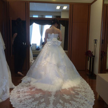 トレーンが美しいドレス