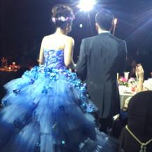 ボリュームたっぷりのカラードレス。