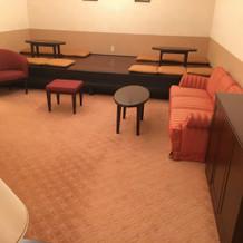 親族控え室。座敷と椅子がある