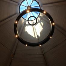 チャペルの天窓からハートの影見えます