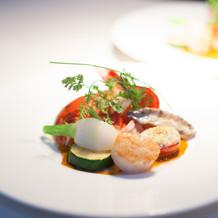 魚料理 大きなオマール海老がのっています